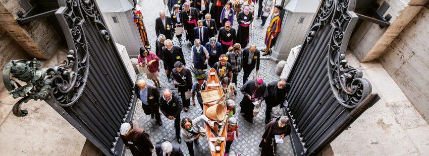 Entrada Iglesia obispos, indígens con Pachamama
