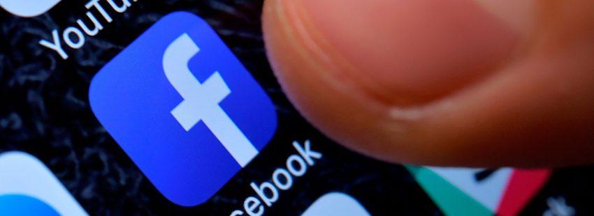 pantalla con logos de redes sociales