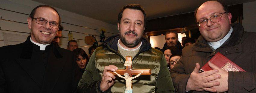 Matteo Salvini con dos sacerdotes