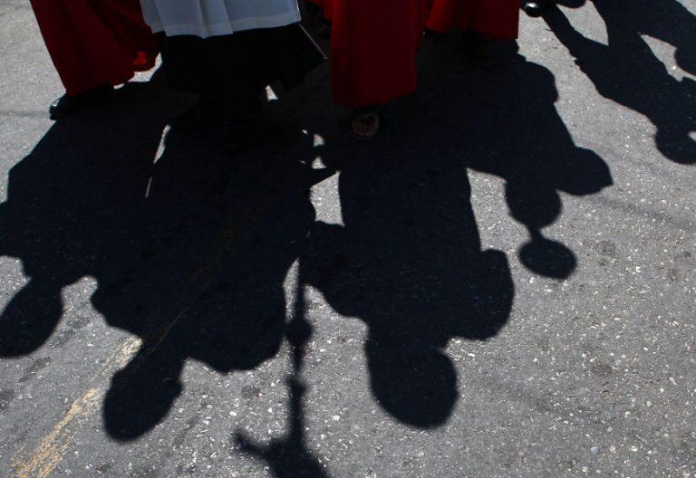 sombra-en-una-procesion cura monaguillo