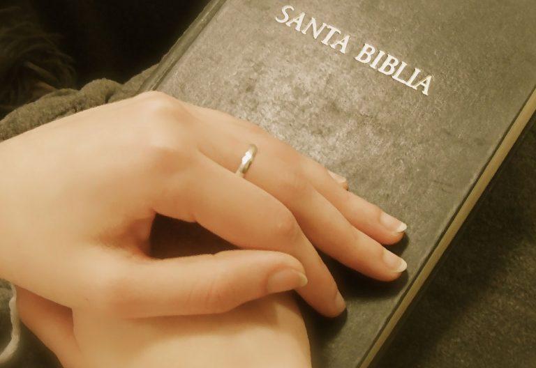Manos de mujer sobre una Biblia