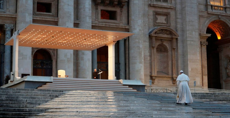 El papa Francisco se dirige en solitario frente al atrio de la basílica de San Pedro.
