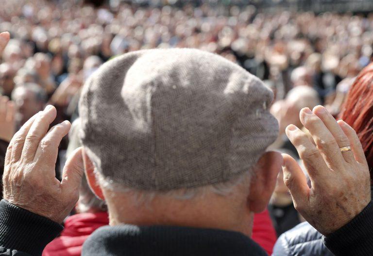 hombre, con gorra, manos levantadas