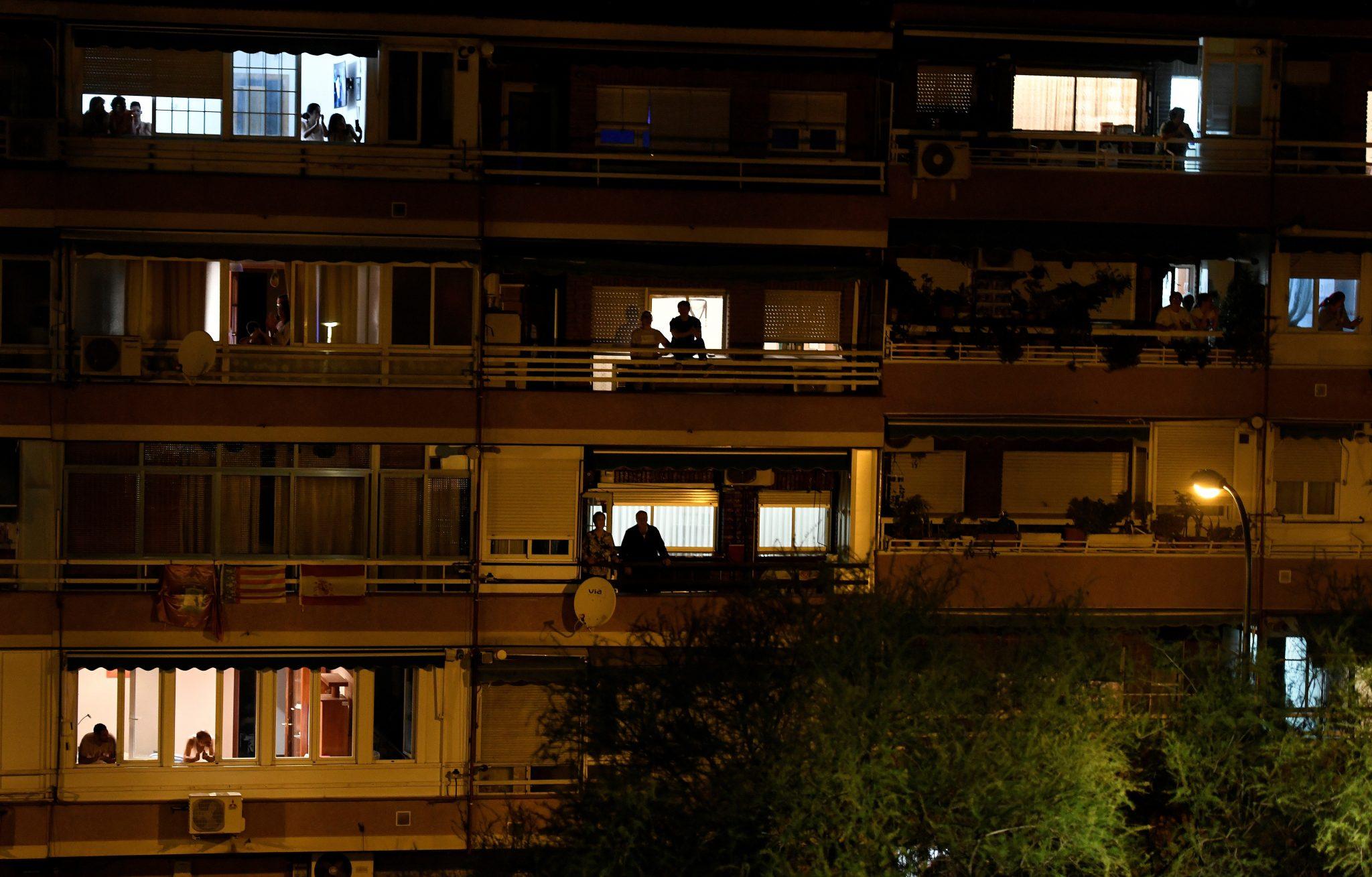 Aplauso sanitario coronavirus EspañaGRAF6949. MADRID, 14/03/2020.- Vecinos de Vallecas, en Madrid, aplauden esta noche desde las ventanas de sus viviendas secundando la convocatoria hecha en las redes sociales para hacer un homenaje a todo el personal sanitario que está trabajando para combatir el coronavirus en España. EFE/Víctor Lerena