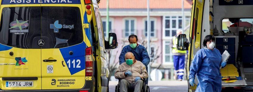 Un sanitarios lleva a un enfermo a la puerta de urgencias del hospital Universitario de Burgos/EFE