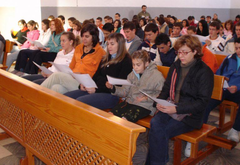 Celebración litúrgica con fieles de distintas edades
