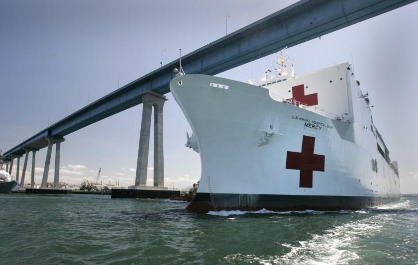 El buque hospital Mercy en la costa de Los Ángeles