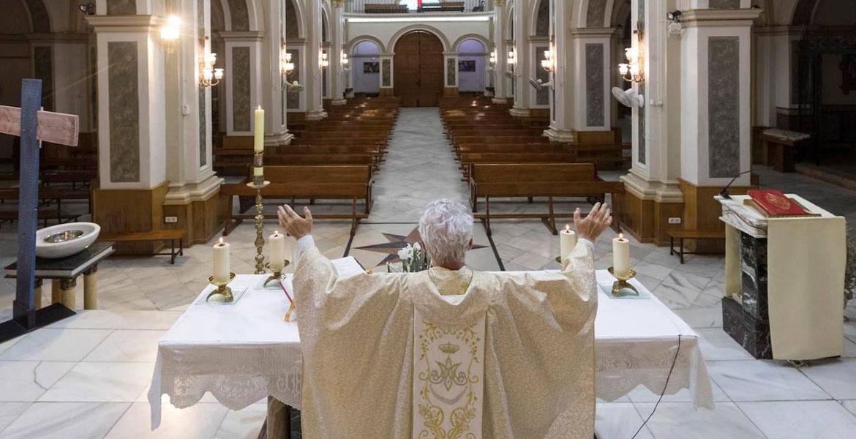 coronavirus-Ramon-Garcia-parroco-de-la-iglesia-de-San-Pedro-de-Espinardo-reza-por-los-creyentes-en-una-misa-vacia-de-fieles