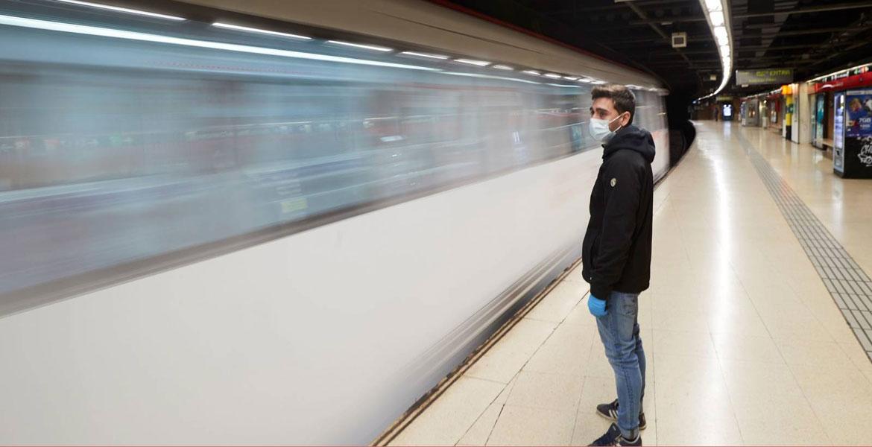 coronavirus-joven-mascarilla-metro-transporte