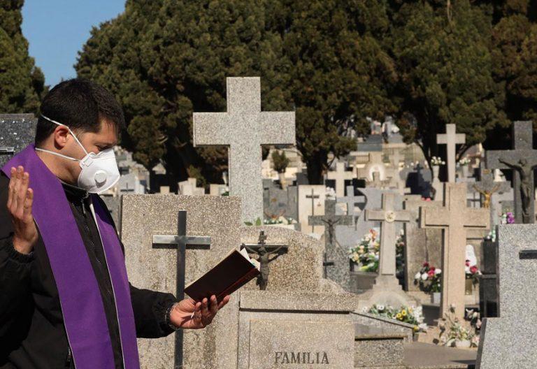 coronavirus-sacerdote-cementerio-entierro