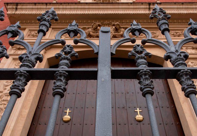 puertas de iglesia cerradas por coronavirus