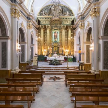 misa con sacerdote en iglesia vacía por coronavirus