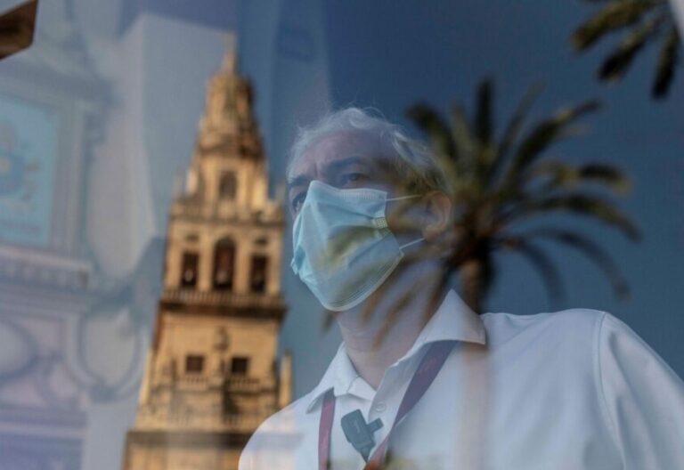 Un trabajador, ante la catedral mezquita de Córdoba
