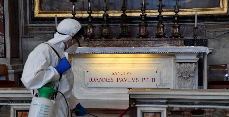 La tumba de Juan Pablo II, sometida a un proceso de desinfección contra el coronavirus EFE