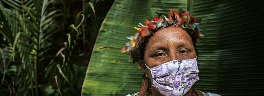 Una indígena brasileña de la etnia 'sateré mawé' posa con la mascarilla