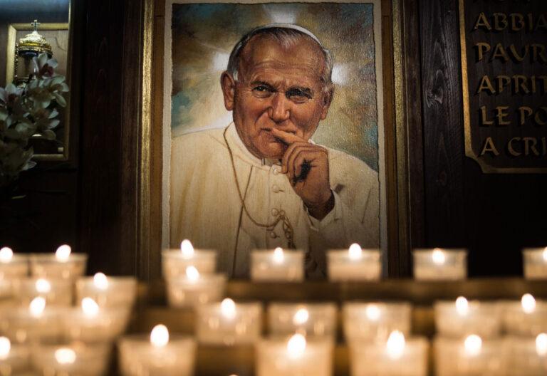 Imagen de Juan Pablo II junto a un lampadario