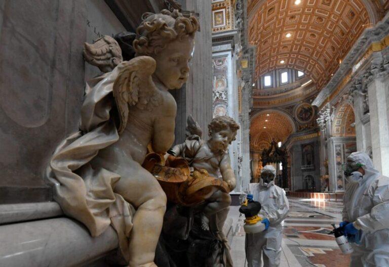 La basílica de San Pedro del Vaticano fue sometido ayer a un proceso inédito de desinfección/EFE