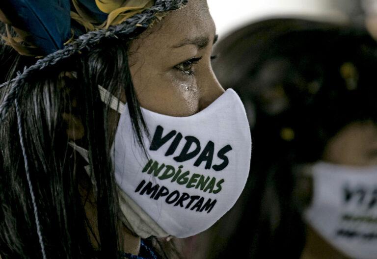 Una indígena brasileña llora en el funeral del cacique Messías Kokama, víctima de covid-19