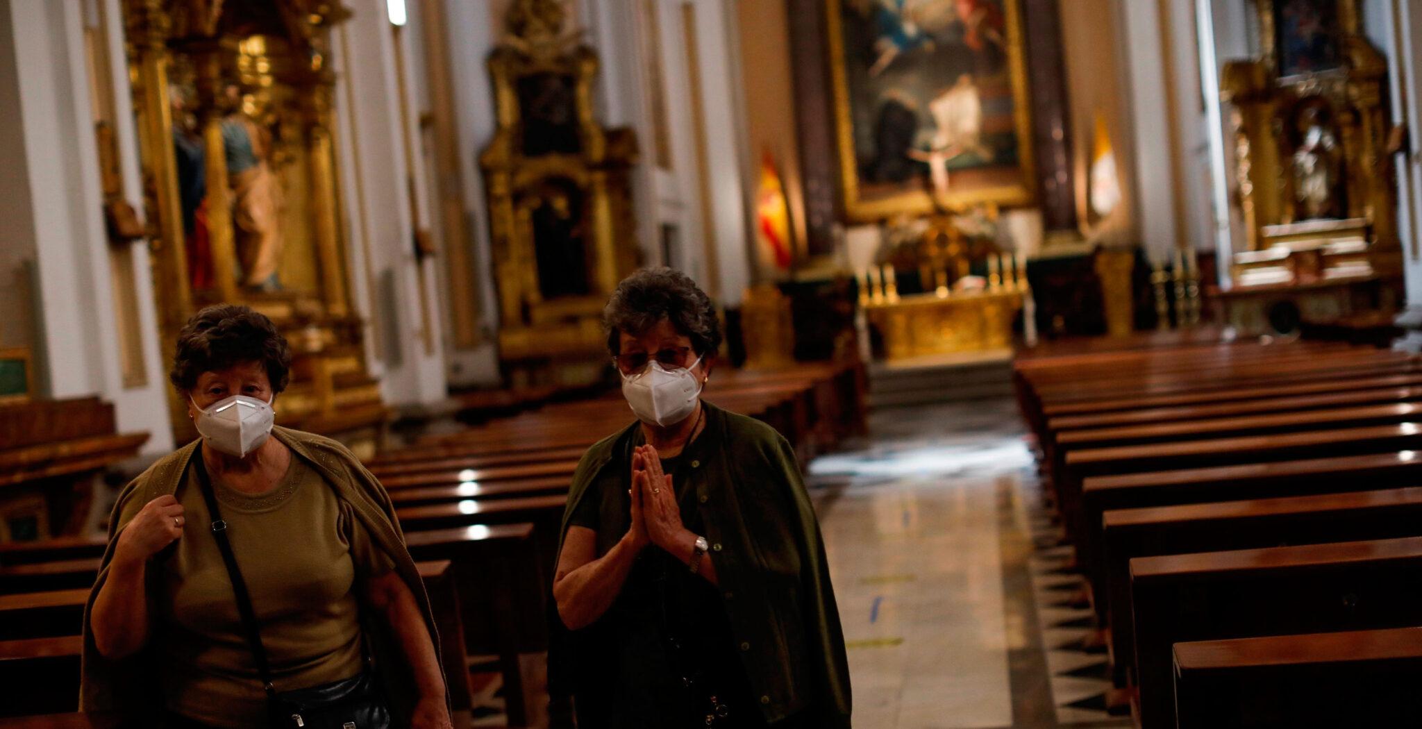 mujeres rezando, coronavirus