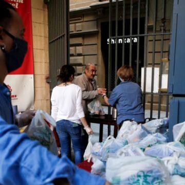 Voluntarios de Cáritas de la parroquia de Santa Anna de Barcelona. EFE