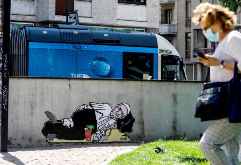 Mural pintado por el artista aleXsandro Palombo en Milán. EFE