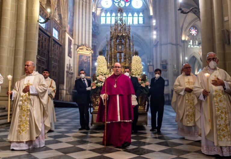 Toledo vive Corpus 'excepcional' y Custodia de Arfe sÛlo pasea por catedral