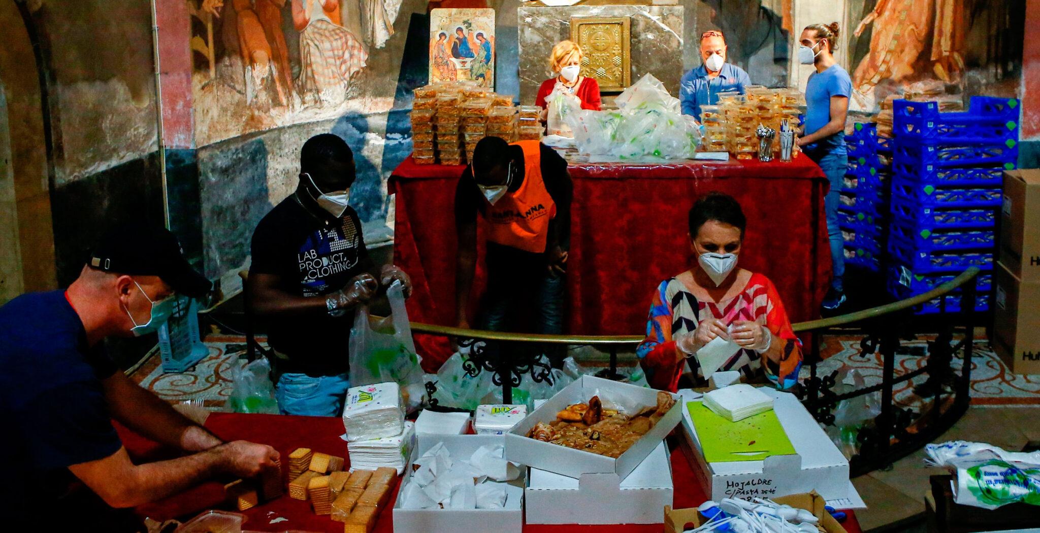 reparto de alimentos en una iglesia de Barcelona