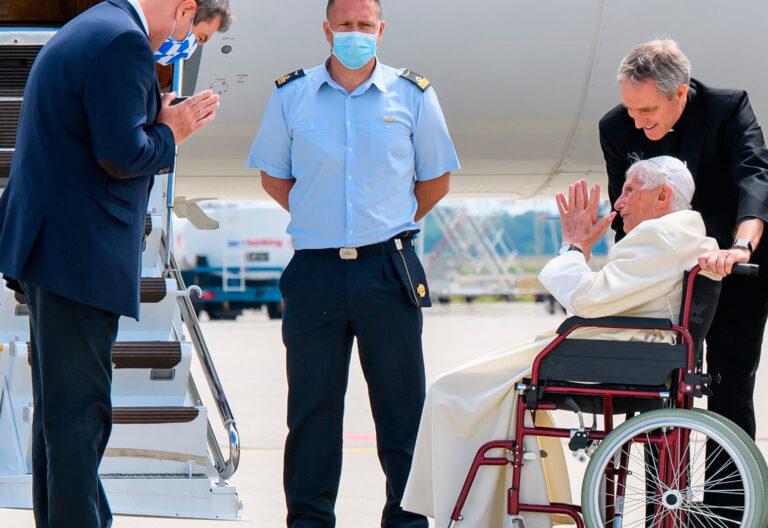 El papa emérito Benedicto XVI a su regreso al Vaticano desde Alemania