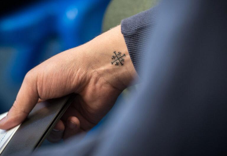 mano tatuada con cruz