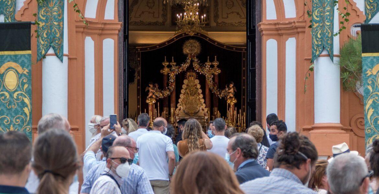 Los fieles hacen cola para ver a la Virgen del Rocío en la Parroquia de Nuestra Señor de la Asunción en El Rocío, Huelva este domingo. EFE