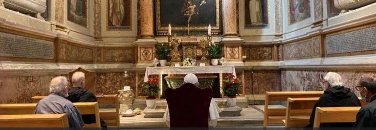 Francisco ante la tumba de santa Mónica