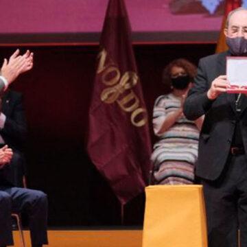 Juan José Asenjo recibe el título de hijo adoptivo de Sevilla