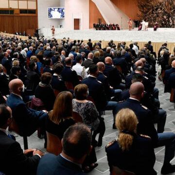 El papa Francisco, en una audiencia con policías
