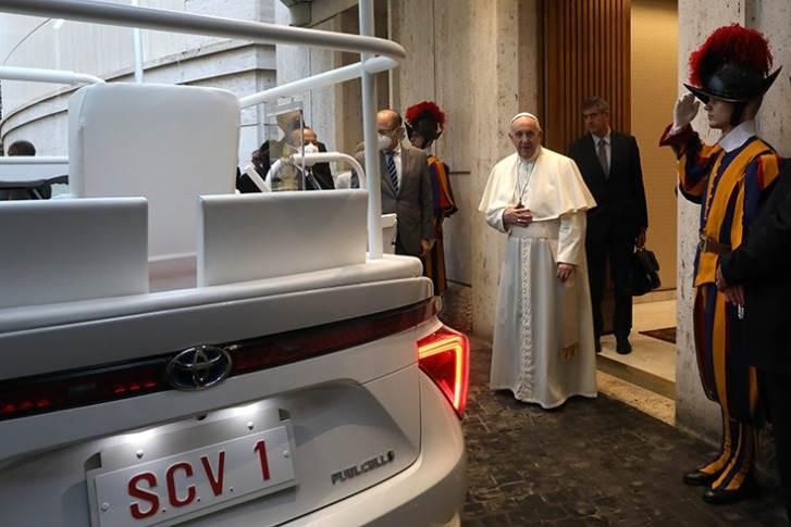 El papa Francisco recibió un auto a hidrógeno convertido en papamóvil