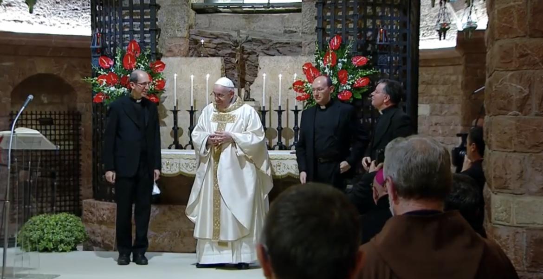 El Papa, junto a los responsables de la traducción de la encíclica