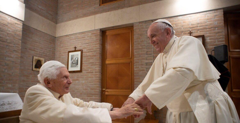 Francisco estrecha sus manos a Benedicto XVI tras el consistorio