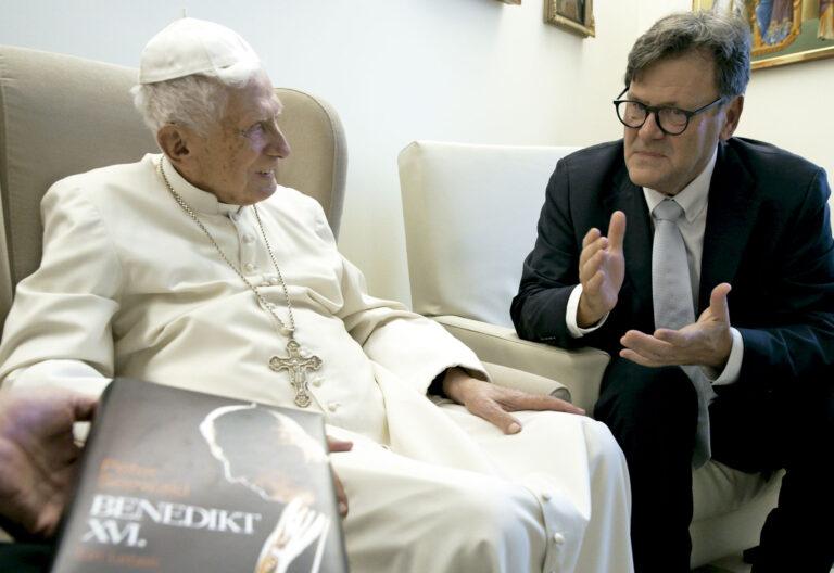Periodista alemán. Autor de Benedicto XVI. Una vida (Mensajero)