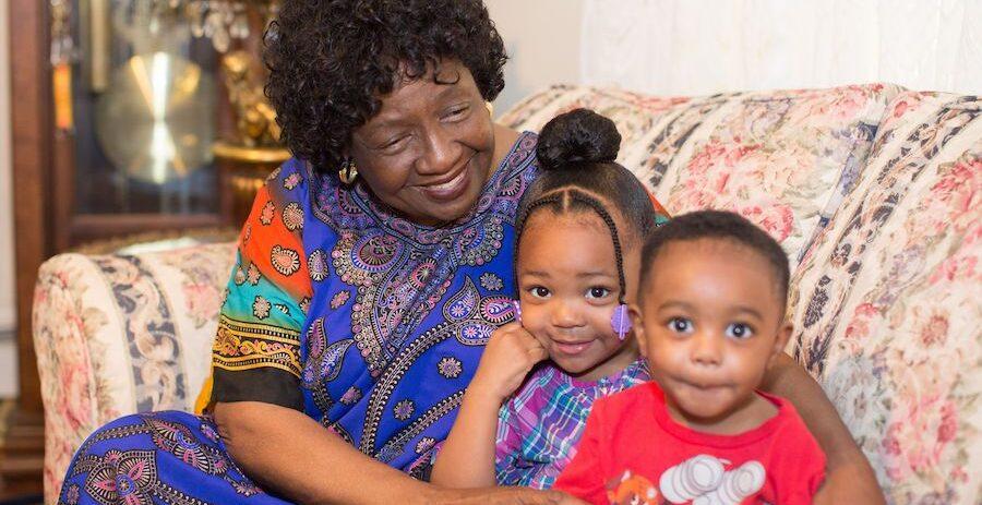 La madre adoptiva Sharonell Fulton, con sus hijos