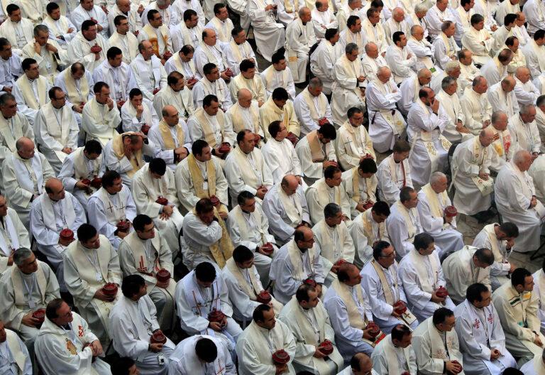 Multitud de sacerdotes en una celebración en el Vaticano