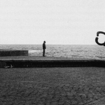 Eduardo Chillida junto al 'Peine del viento', en San Sebastián