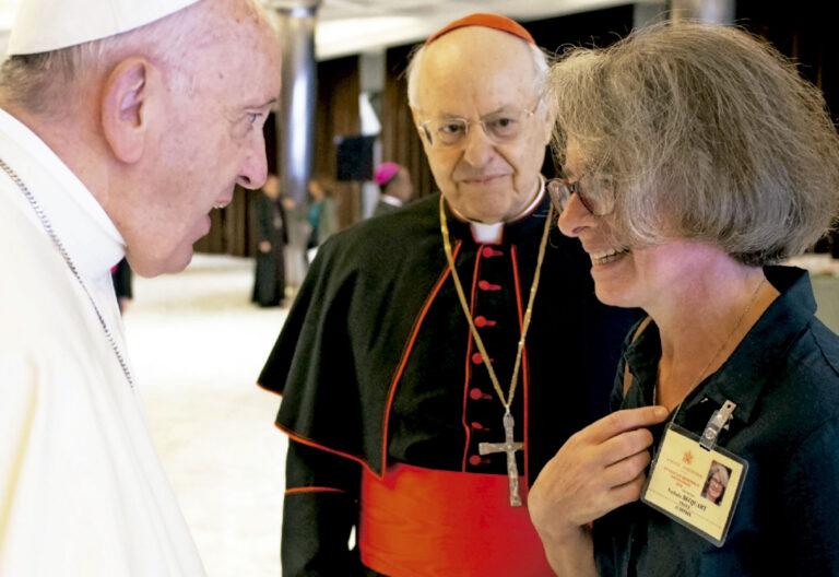 religiosa francesa como subsecretaria del Sínodo de los Obispos, con el Papa Francisco
