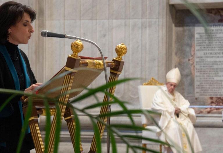 Una mujer lee la Palabra de Dios durante una celebración en San Pedro. Al fondo, el papa Francisco y el ceremoniero Marini