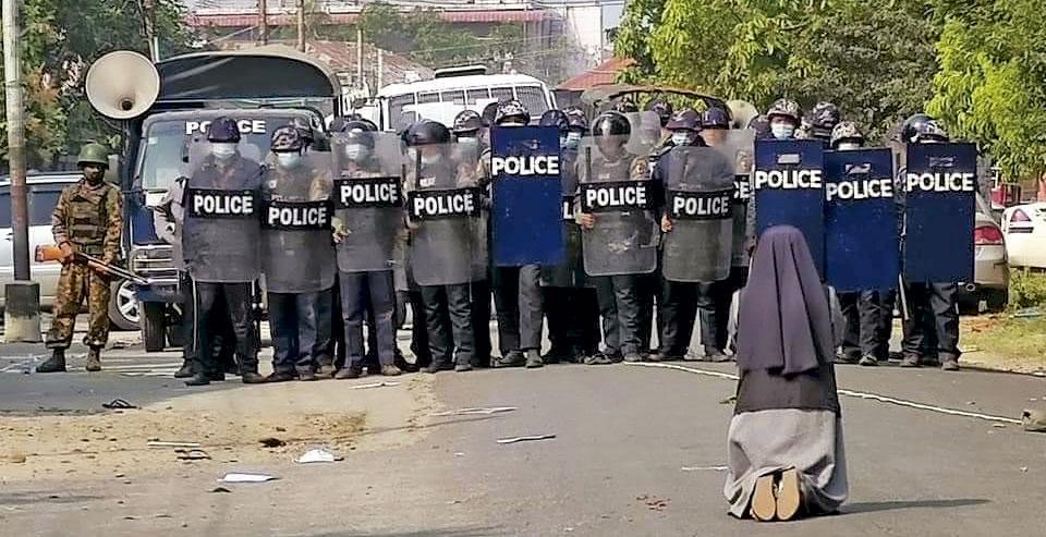 Ann Nu Thawng, religiosa birmana se interpone en la calle entre la tropa armada de los golpistas y cien manifestantes prodemocracia.