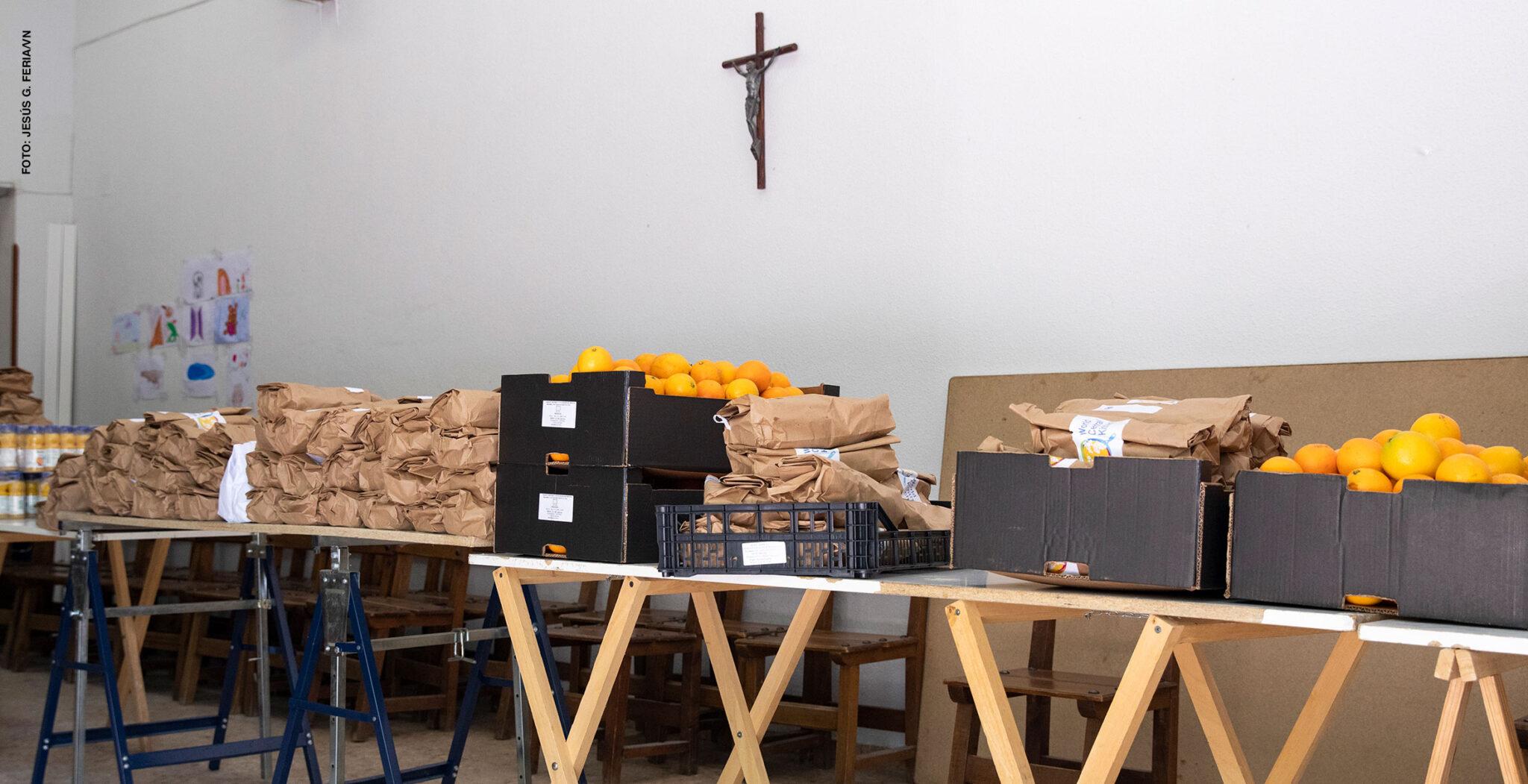 reparto de alimentos en parroquia