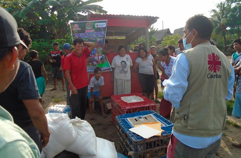 Agentes de Cáritas Perú atienden familias indígenas