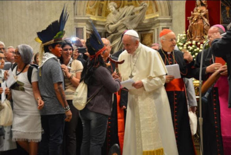 El Papa comparte en el aula sinodal