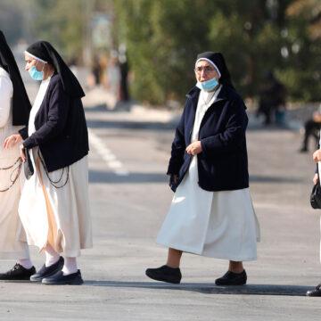 Unas monjas van al encuentro con el papa Francisco en Irak