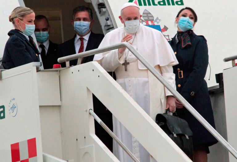 El papa Francisco en el vuelo de Roma hacia Irak