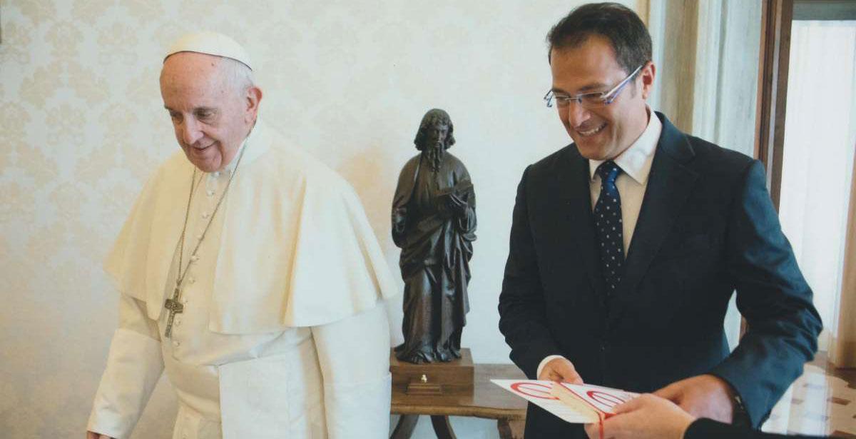 El papa Francisco y el psicólogo Salvo Noè, durante una audiencia que le concedió tras la publicación de otra de sus obras, 'Prohibido quejarse'