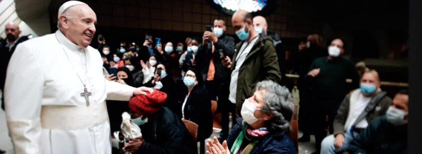 El papa Francisco con los pobres que se vacunan en el Vaticano en su santo